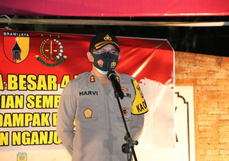 Polres Nganjuk Bersama Forkompinda Gelar Patroli Skala Besar dan Pembagian Bansos Malam Hari